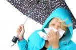 kobieta z parasolem i chusteczką